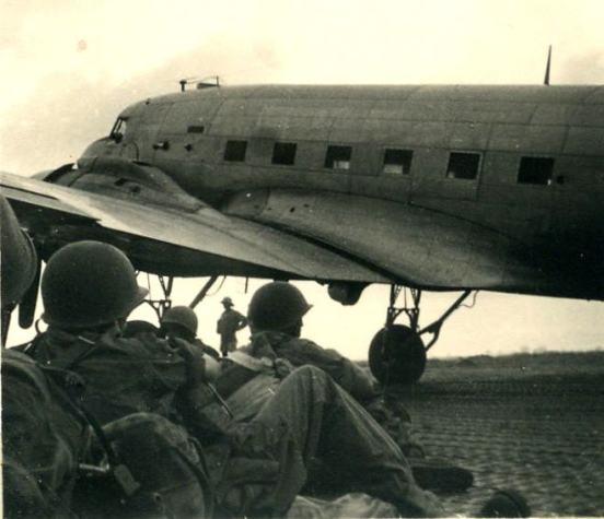 14-dakota-mit-parachutistes