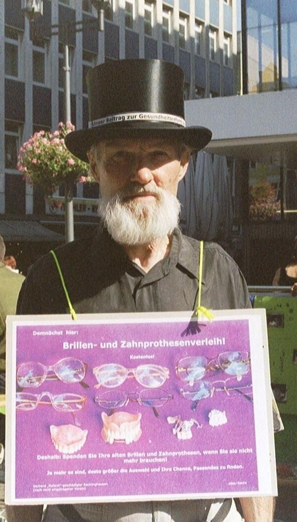 Brillen- und Zahnprothesenverleih - Mein Beitrag zur Gesundheitsreform. Bei einer attac-Aktion in Recklinghausen NRW
