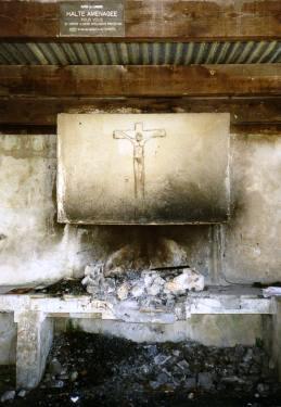Grillplatz mit Kruzifix, wenige Schritte von der Kapelle entfernt. Daneben, an einer Mauer, dieses Bild: