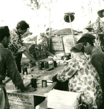 Soldauszahlung in Dien Bien Phu (Nordvietnam) 1953. Dritter von links sitzend der Autor.