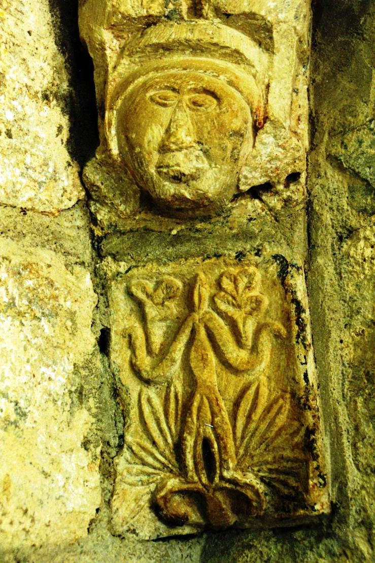 Unterhalb des Kopfes eine weibliche Figur mit offener Vulva, von Generationen christlicher und nichtchristlicher Besucher befummelt.