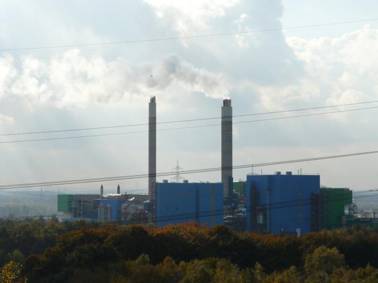 Das RZR Herten, einst als Recycling-Anlage hoch gelobt, heute nur noch ein riesiger Müllofen, in dem sogar Abfälle aus Italien und demnächst wohl auch aus Australien (???!??) verbrannt werden. Eine zweite Anlage ist im Bau.