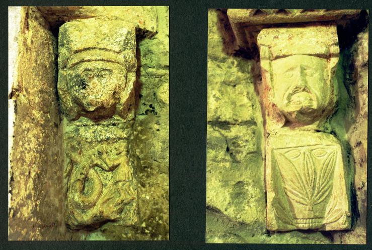 Links ein kleiner Mann mit großer Schlange Aus einer Schrifttafel mit einem historischen Abriss ist zu erfahren, dass es sich um vier Pilaster mit germanischen, keltischen und orientalischen Symbolen handelt.