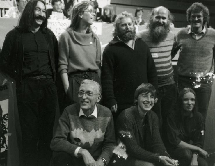 Bundesvorstand der GRÜNEN in den achtziger Jahren nach seiner Wahl bei einer der frühen Bundesversammlungen. (Foto © Dietrich Stahlbaum)